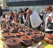 Parada de calle con los potes y otra artesanía Fotos de archivo libres de regalías