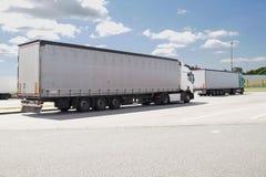 Parada de caminhão, um lugar para descansar alguns caminhões estacionados fotos de stock