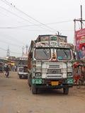 Parada de camiones en la India rural Imagen de archivo libre de regalías