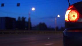 Parada de emergencia en el camino de la noche almacen de metraje de vídeo