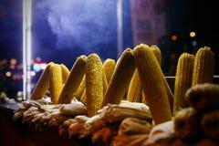 Parada de la comida de la calle con el maíz asado a la parrilla, Estambul Turquía Fotografía de archivo