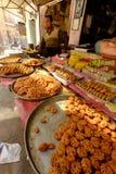 Parada de la comida que vende las delicadezas indias en un mercado Foto de archivo libre de regalías