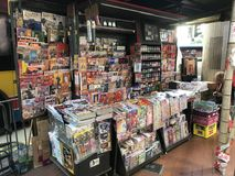 Parada de la en-calle del periódico y de la revista en Hong Kong imágenes de archivo libres de regalías
