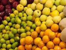 Parada de la fruta en el mercado Fotografía de archivo libre de regalías