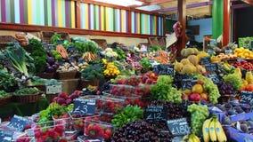 Parada de la fruta en el mercado de la ciudad almacen de metraje de vídeo