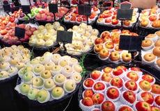 Parada de la fruta en el supermercado foto de archivo