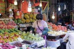 Parada de la fruta en el 8vo mercado famoso de amoy Foto de archivo