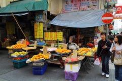 Parada de la fruta en la calle del templo imágenes de archivo libres de regalías