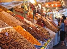Parada de la fruta y de la fecha en Marrakesh Medina fotos de archivo