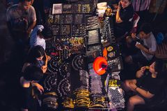 Parada de la joyería en el mercado de Chatuchak de la noche, Bangkok Imágenes de archivo libres de regalías