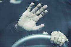 Parada de la mano del hombre en coche fotos de archivo