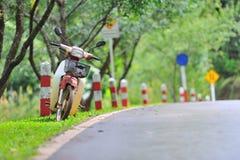 Parada de la motocicleta en el camino Fotografía de archivo libre de regalías