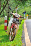 Parada de la motocicleta en el camino Imagenes de archivo