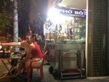 Parada de la noche con la comida en Ho Chi Minh imagen de archivo