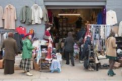 Parada de la ropa de la segunda mano en el mercado de Bricklane Foto de archivo libre de regalías