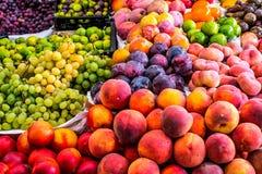 Parada de las frutas en mercado Fotos de archivo libres de regalías