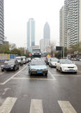 Parada de los coches delante de luces rojas Fotografía de archivo libre de regalías