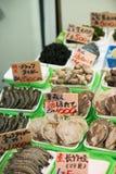 Parada de los mariscos en el mercado de Ameyoka, Tokio, Japón Foto de archivo