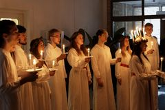 Parada de Lucia com meninas e os meninos de canto no holdin branco dos vestidos Fotografia de Stock Royalty Free