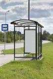 Parada de omnibus con el anuncio Imagenes de archivo