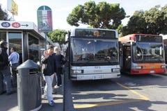 Parada de omnibus en Roma foto de archivo libre de regalías