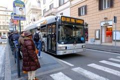 Parada de omnibus en Roma foto de archivo