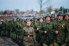 Parada de re-enactors não identificado vestido como Fotos de Stock Royalty Free