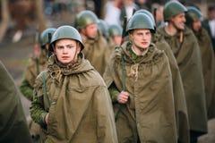 Parada de re-enactors não identificado vestido como os soldados soviéticos du Foto de Stock
