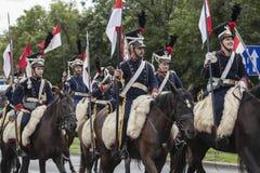 Parada de soldados poloneses em uniformes históricos Dia do exército polonês foto de stock