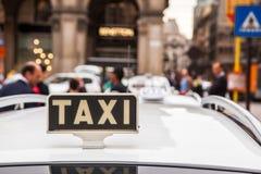 Parada de taxis en Milán Imagenes de archivo