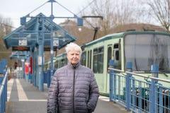 parada de una más vieja mujer y de la tranvía Imágenes de archivo libres de regalías