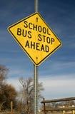 Parada del autobús escolar a continuación Imagen de archivo libre de regalías