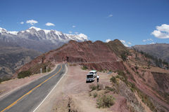 Parada del coche en el camino de la montaña Imagen de archivo