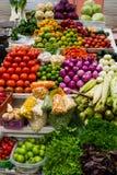 Parada del mercado con la variedad de legumbres frescas y coloridas fotografía de archivo