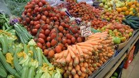 Parada del mercado de la comida del ` de los granjeros con variedad de verdura org?nica metrajes