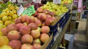 Parada del mercado de la comida del ` de los granjeros con variedad de verdura org?nica almacen de metraje de vídeo