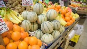 Parada del mercado de la comida del ` de los granjeros con variedad de verdura org?nica almacen de video