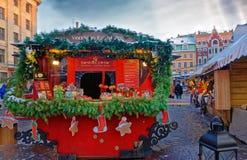 Parada del mercado de la Navidad con las invitaciones estacionales tradicionales para la venta Foto de archivo