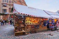 Parada del mercado de la Navidad con los recuerdos tradicionales para la venta Imagen de archivo libre de regalías