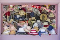 Parada del mercado libre con los sombreros de paja del verano Imágenes de archivo libres de regalías