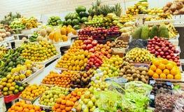 Parada del mercado que vende las frutas variadas y coloridas fotos de archivo