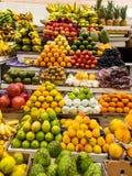 Parada del mercado que vende las frutas variadas y coloridas fotografía de archivo