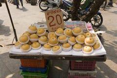 Parada del mercado que vende manzanas Fotos de archivo libres de regalías