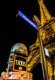 Parada del taxi por la torre Eiffel Imagenes de archivo