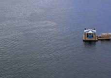 Parada del transbordador en el océano imagenes de archivo
