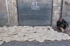 Vendedor del pan en la calle de Alepo Siria fotografía de archivo libre de regalías