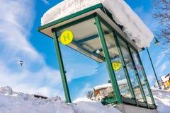 Parada do ônibus coberta pela neve Baloon no céu Região Schladming-Dachstein do esqui, Liezen, Styria, Áustria, Europa imagens de stock royalty free