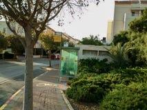 Parada do ônibus em uma rua na cidade do modiin, Israel fotografia de stock