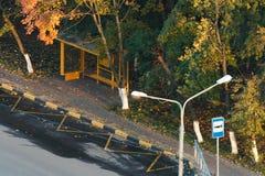 Parada do ônibus entre as árvores do outono Imagens de Stock Royalty Free