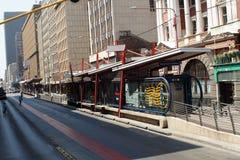 Parada do ônibus no distrito financeiro central, Joanesburgo, África do Sul fotografia de stock